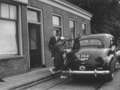 Foto gemaakt op de trouwdag van Gerard Jullens en Jikke van Leer (7-7-1955) te Lippenhuizen.  Hendrikus de Boer, Gorredijk, gemeente Opsterland. Afgegeven: 18-8-1927 Bron: Kobus van Leer, Tjalleberd)