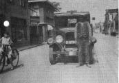 Pake Tjitze Mast voor de Ford in de Hoofdstraat van Gorredijk. In 1930 wordt deze oude Ford ingeruild tegen de nieuwe Whippet Six. FA. van der Made & Mast, Gorredijk, gemeente Opsterland. Afgegeven: 11-12-1925 (Overgeschreven 21 januari 1930) Firma T. Mast & Zoon, Gorredijk, gemeente Opsterland. Afgegeven: 21-1-1930 (Overgeschreven)  Bron: Gerard Mast)