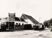 De auto van Jan Zwart bij café J.F. de Boer ca. 1930. Jan Zwart, Gorredijk, gemeente Opsterland. Afgegeven: 12-5-1928. Bron: Groninger Archieven)