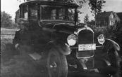 Het voertuig met kenteken B-11941 is van de firma de Boer uit Gorredijk, vroegere garagehouder aldaar. De persoon erbij is Homme Peereboom uit Nieuwehorne. Bron: Elias van der Sloot)