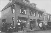 Egbert Kuipers (Eppie) links bij de auto. Autoverhuur de Jong. Circa 1932
