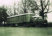 De vrachtauto van de firma Vleeshouwer & Co te Gorredijk. Kenteken afgegeven: 4-4-1938 Bron: Tressoar