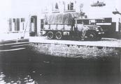 Na de bevrijding kwam Koop Mast in het kader van de wederopbouw in aanmerking voor Amerikaans materieel. Het werd een GMC die uit een legerdump werd gekocht.  Hij haalde de auto zelf uit Rotterdam. Later vertelde hij ons dat de tocht over de Afsluitdijk in de open cabine erg koud was geweest.   Koop Mast bouwde de legertruck zelf om, revideerde de motor en voorzag de auto van een gesloten cabine met houten betimmering.  Op de foto is de GMC te zien en op de buitenkant staat te lezen: COMB GORREDIJK-LEEUWARDEN TERWISPEL KORTE- en LANGEZWAAG LIPPENHUIZEN. De man staande naast de vrachtauto met een sigaret in de mond is Koop Mast en leunend tegen het spatbord is de knecht van Vleeshouwer. Het is Johannes Schaap die door mij altijd Johannes Bè Bè genoemd werd.  De vrachtwagen staat op de Kerkewal te Gorredijk voor het huis van Vleeshouwer. Fa. Vleeshouwer en Co. en Mast, Gorredijk, gemeente Opsterland. Afgegeven: 17-1-1946. Bron: Tresoar