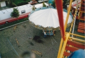 Een blik vanuit het Reuzenrad op de zweefmolen van de familie Visser-Venekamp tijdens de najaarskermis van Gorredijk 1986.