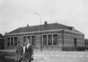 Omstreeks 1880 werden in Opsterland meerdere scholen naar eenzelfde bestek gebouwd. Naast die in Kortezwaag stonden ze ook in Lippenhuizen, Beetsterzwaag, Hemrik en Beetsterzwaag.