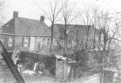 Links de in 1805 gebouwde school aan de huidige Lijnbaan.In 1829 werd een nieuwe en grotereschool aan de Zuid-west Dubbelestraat gebouwd en werd hier de kleuterschool ondergebracht. Na de bouw van de Nuts-kleuterschool werd de Lijnbaanschool verbouwd tot arrestantenlokaal met woning voor veldwachters. In 1886 werd het op afbraak verkocht waarna Marechall op de vrijgekomen grond een rietwerkfabriek bouwde, de latere Bamboefabriek van Jonkers.