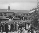 Koninklijk bezoek aan Gorredijk. Koningin Juliana opent de nieuwe Ambachtsschool.1950