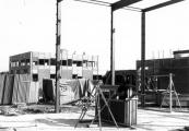 De bouw van de Burgermeester Harmsmaschool in 1980.
