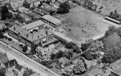 Op deze luchtfoto staat de Uloschool aan de Stationsweg, rechts daarvan het huis van het hoofd der school. In de linker bovenhoek enige dubbele woningen aan de Burgermeester Selhorststraat die nadien zijn afgebroken.