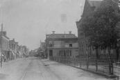 De Zuid-West Dubbelestraat werd later omgedoopt tot Hoofdstraat. Rechts de in 1887 in gebruik genomen Openbare Lagere school, hier nog met de speelplaats aan de straatzijde.