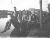 Lubbert de Vries, Geesje en Piet van der Muur en Riepke de Vries op een praam aan de Langewal.