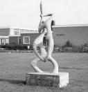 Dit beeldhouwerk staat bij de Openbare Lagere school ''De Flambou'' aan de Mientewei.