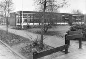 De Openbare school ''de Tsjerne'' werd op 22 Oktober 1974 in gebruik genomen.(foto april 1986)