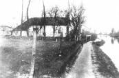 De Dwersfeart oostelijk van de Nijewei heeft de dempingswoede overleefd. In dit huis heeft de fotograaf Jitse Staphorsius lang gewoond. Het is inmiddels afgebroken. Een hoge heg aan de vaartkant herinnert aan de plaats waar het heeft gestaan.