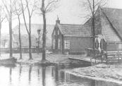 Er is in de na-oorlogse jaren veel veranderd aan de Dwersfeart. Vaart en wijken zijn gedempt en er werd een weg aangelegd.