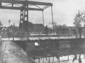 In 1933 werd de draaibrug in de weg van Gorredijk naar Jubbega die over de Dwarsvaart lag vervangen door een ophaalbrug. De brug is hier nog in aanbouw, de noodbrug is nog in gebruik.