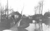 Nostalgisch beeld van de Dwersfeart met op de achtergrond de in 1933 gelegde ophaalbrug.