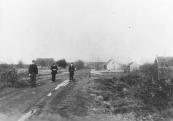 Drie broers lopen hier op de Lijkweg, nu de Leijen geheten. Hun eigenlijke namen waren Hette, Melis en Fokke de Vries, maar in de volksmond noemde men ze de Melissen of Ingeltjes.