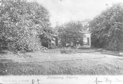 Deze ansichtkaart van de Hervormde pastorie te Kortezwaag werd in 1906 verzonden door Hepke van Dam die ook aan de Leijen woonde.