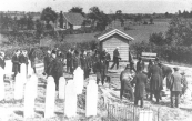 De begrafenis van Mr. Willem Herman Jonkers, advocaat te Kortezwaag op het kerkhof aldaar. Hij overleed op 20 juni 1928.