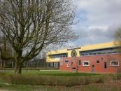 Burgemeester Harmsma School 2010.Het voormalige gymnastieklokaal van de Trimbeets is op de achtergrond te zien.