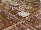 Luchtfoto gemaakt van Timmerfabriek de Vries op 21-06-1973.