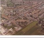Luchtfoto gemaakt van het centrum van Gorredijk in het midden. Op de voorgrond de weilanden aan de Badweg.