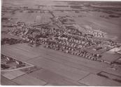 Op deze foto is de Miente nog net te zien (linksonder).  De weilanden tussen de Miente en het centrum van Gorredijk waren toen nog niet bebouwd.