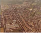 Timmerfabriek de Vries, links onder. Toen nog in volle glorie. De huizen aan de andere kant van de vaart tegenover de timmerfabriek (voorheen de Vinkenbuurt) waren toen al afgebroken.