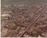 Links is de fietscrossbaan van F.C.O. (Fietscross Club Opsterland) duidelijk te zien. Het fietscrossgebeuren was in de jaren 80 van de vorige eeuw zeer populair onder de jeugd van Gorredijk.
