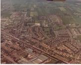 Linksboven is nog net Terwispel te zien aan de Compagnonsvaart. Ook de bouw van de Burgemeester Harmsmaschool, in het midden van de foto, is hier nog in volle gang.
