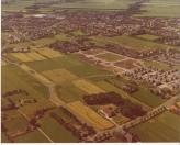 Een mooie foto van de nieuwe woonwijken in de jaren 80 van de vorige eeuw. De Weverij, Brouwerij en Stokerij waren klaar. De Mouterij moest hier nog gebouwd worden. De bestrating ligt er al.