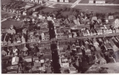 Mooie foto van het centrum van Gorredijk. De Hoofdbrug in het midden met links daarvan de Boterwaag. Foto is genomen op 20 september 1957