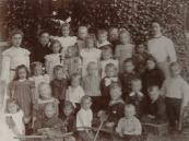 Bewaarschool 1910, op de foto hoofd mevr. Lambert en Leidster mevr. A. Meijer.