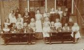 Bewaarschool 1906, In het midden onderwijzeres Tjiske Biesma.