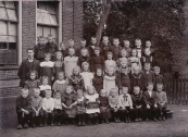 Openbare Lagere school Gorredijk 1907  Voorste rij 2e van rechts Rennie de Jong