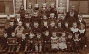 Een groep kinderen van de openbare lagere school in Gorredijk, op de foto gezet in 1905. Achterste rij van links naar rechts: Hiltje Wijbenga, Engeltje de Vries, Antje van der Draai, Fimke Bosma, Rika de Vroeg, Hielkje Ringenoldus, Meester Schaafsma. Daarvoor: Jan Havinga, Geert de Vries, Foppe Dijkstra,....Bosma, Johannes Wijbenga,.....Krom, Twee onbekenden, Jelke van der Meulen, Daarvoor: ....van der Heide, Henny Jonkers, ? , Harm van Zwol, ? en Wiesje Wijkhuizen, Baafje Mol, Sietske Mol, Jo van der Meulen, Dien van der Meulen. vooraan: Jopie Colthof, .....Colthof, .....van Seijen, Lucas van der Muur, Sjoukje van Seijen, ......van der Muur, .....Krikke, Sofie Colthof, Trijn Mol, Gerrit Krikke.