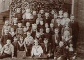 Openbare Lagere school Gorredijk, 23 rij van boven: Jeltje Kuipers, hand op de schouders van Wieger Kuipers, daaronder Ida Ringenoldus en Dirk Ringenoldus.. Waarschijnlijk staan Abram, Benny en Mare Hes ook op deze foto.