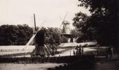 Op de voorgrond de Spinnekopmolen uit Gorredijk in het Openluchtmuseum te Arnhem.