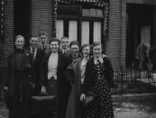 Groep personen aan de Stationsweg, namen onbekend. (foto via D.Coehoorn)