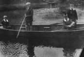 Met mijn vriend en zijn neef in de roeiboot te Gorredijk, herfst 1929. (foto via D.Coehoorn)