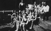Afscheid badmeester Roel Hemkes in het zwembad, 1934 (foto via D.Coehoorn)