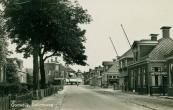 Zicht op de Stationsweg te Gorredijk. In de straat liggen tramrails. 22 aug. 1941