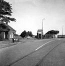 Trambaan nabij Gorredijk. Dit is de kruising tussen de Stationsweg en Tolhuslean. Die VW kever komt uit Terwispel aangereden. De weg rechtafbuigend gaat naar de Trijehoek. 1960