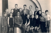 Jeugdsoos Gorredijk 1948. Boven v.l.n.r : De Hr.Kampen, Ynze de Vries, Wiebe Krist, Eppie Tenge. Middelste rij v.l.n.r :J.de Jong, J. Mailak, S. Bouma, J.de Boer, Johannes Tenge. Voorste rij v.l.n.r. : B. Stoelwinder, Koopmans, P. Wierda, K.de Vries, S. Hes, Pietersma, H. Akkerman, ?.