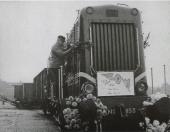 Op een oktoberdag in 1962 afscheid met-een-feestelijk-tintje van de laatste goederentram op het trajekt Steenwijk-Gorredijk. Het bord voorop vermeldt: ''Na 48 jaar Railvervoer, Weg......Vervoer''.