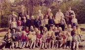 Openbare Lagereschool Kortezwaag Klas 1 en 2 1959-1960. Achterste rij v.l.n.r.: N.N., Meester Appie Postma, Juf de Groot-Reinbergen, Mevr. Veenstra, Jikke Heida-Dol, Jan Tjalles de Jong. 2e rij: Edith Koelstra, Bettie Rozenberg, Jacob Duursma, ...Broers, Wiebe v.d. Veen, Jopie Tiekstra, Marten Slof, Alie de Vos, Johan v.d. Meulen, Hennie Koopmans, Jannie Heida, Sietse v.d. Spoel. 3e rij: Meint Bergsma, Marianne v.d. Wijk, N.N., Odilia..., Douwe Dijkstra, Hille Anne Vleeshouwer, Durk de Vries, Jennie Bleeker, Welmoed Siebinga, Gerrie Kuik, Klazina Kampen, Fokke Blauw, Lutske de Jong. 4e rij: Wiepie...., Rennie Hofstra, Broertje Wiepie, Willemien Lieuwes, Klaasje Posthumus, Harmke Bergsma, Trijntje v.d. Veen, Wija van Dam, ...Koopmans, Jan de Vries, Eldert Seinstra, Tjeerd..., Marijke Rozenberg.