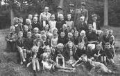 Openbare Lagereschool Kortezwaag Klassen 1. 2. 3. 1948-1949. Boven v.l.n.r.: Meester Lute Bethlehem, Age Hoekstra, Binne Eppinga, Eeuwe Nijboer. 2e rij: Sietske v.d. Bij, Haitse Houwing, Jan Talsma, Durk de Vries, Douwe de Kroon, Sietse Uithof, Attie de Vries, Jelke Nijboer. 3e rij: Wieger Moll, Tetje Homans, Hiltje Houwing, Wieke Vonk, Grietje de Vries, Jan de Vries, Dries Akkerman. 4e rij: Ekke Foppes, Pieter v.d. Spoel, Henk Hofma, Thijs v.d. Wijk, Cees Dijkstra, Dicky Coehoorn, Dicky Pultrum, Imgerd Post, Wouter Stoelwinder, Froukje Teijema, Juf. Jikke de Groot-Reinbergen, Sietske de Vries, Jappie Simons, Brand Hofstra. 5e rij: Annie Nijholt, Corry Rosenberg, Geesje Dijkstra, Corrie Ten Hage, Gepke Eijer, Jurrie Eppinga, N.N., Roel Klijnstra. Liggend voor: Jan Foppes, Sietse Klijnstra.