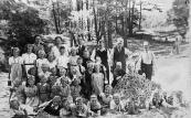 penbare Lagereschool kortezwaag 1946-1947. Achter v.l.n.r.: Juf de Bildt, Juf Jikke de Groot-Reinbergen, Lammert Moll, Berend Wapstra, Eeuwe Nijboer, Age Hoekstra. 2e rij: Nellie Sassen, Ietje Kromsigt, N.N., Joukje Roelinga, Jacob de Jong, Grietje Jonker, Oene Dijkstra. 3e rij: N.N., N.N., N.N., N.N., Jacob Simons, Sietse Klijnstra, N.N., Douwe de Kroon, Stoffel Bakker. 4e rij: N.N., N.N., N.N., N.N., Tineke Pultrum, N.N. 5e rij liggend: N.N., Klaas Koelma, Henk Moll, Jouke de Vries, Gerrit de Vries, Harm Akkerman, Anne Veenstra, N.N., Wouter Stoelwinder, Ekke Foppes, Henk Hofma, Johannes Tenge.