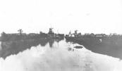 Gorredijk vanuit het noord-westen gezien met nog drie in bedrijf zijnde molens. Links de schorsmolen van Nauta, rechts de houtzager van Posthuma en in het midden de korenmolen van van der Meulen.